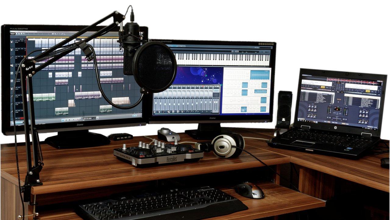 Een home studio setup met meerdere schermen.