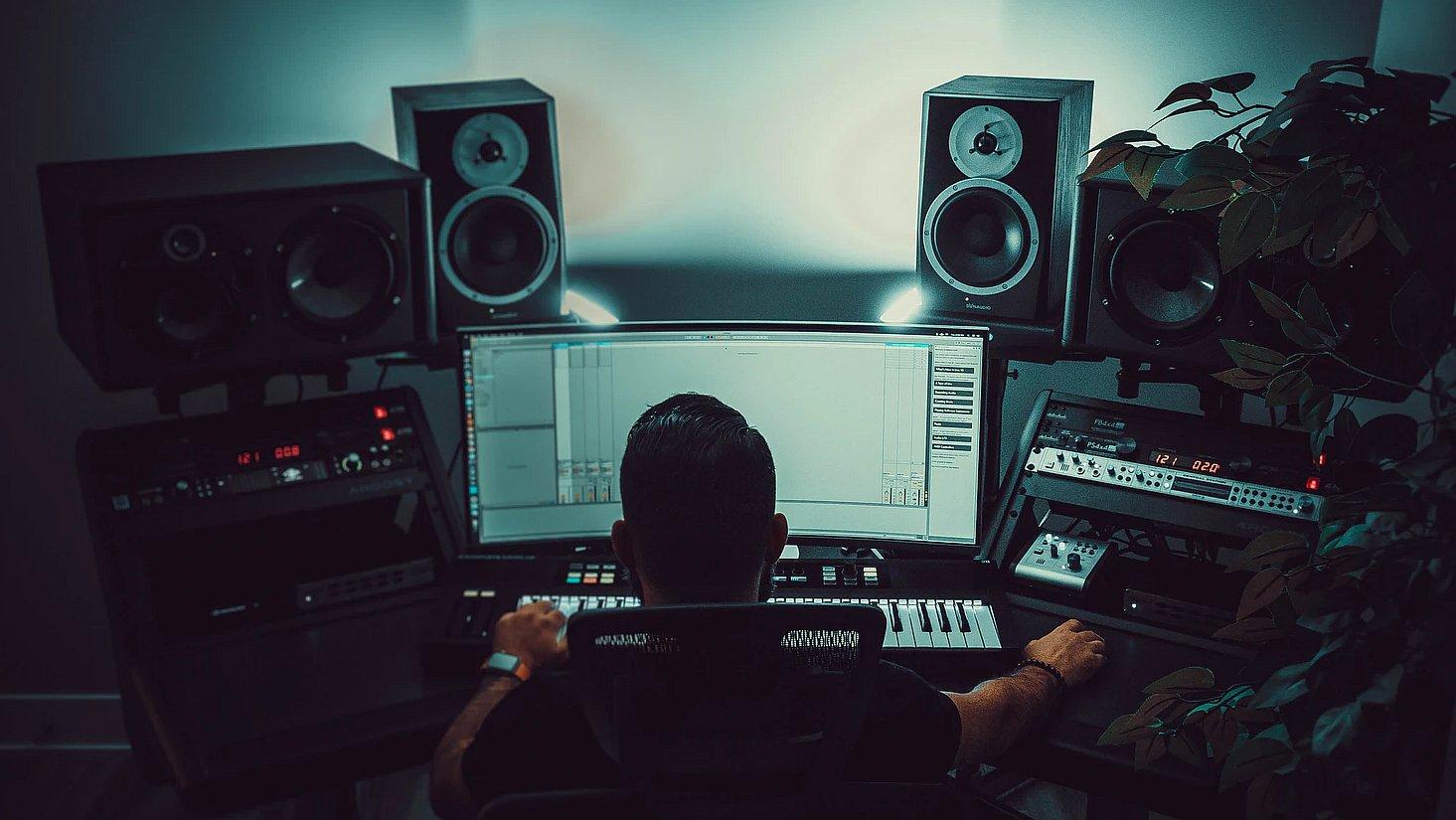 Studio monitoren geplaatst in driehoeksopstelling