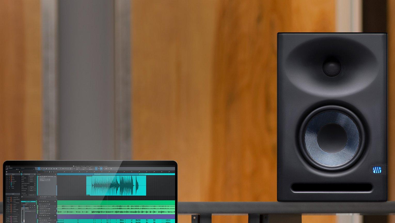 Studio monitor met opening van basreflexsysteem aan de voorkant.