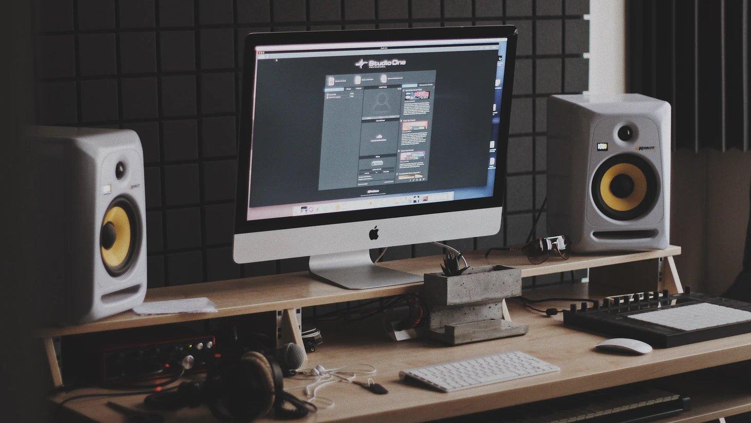 Nearfield studio monitoren op bureau.